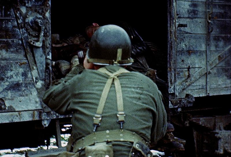 Ein Kameramann des U.S. Army Signal Corps in Dachau, Mai 1945