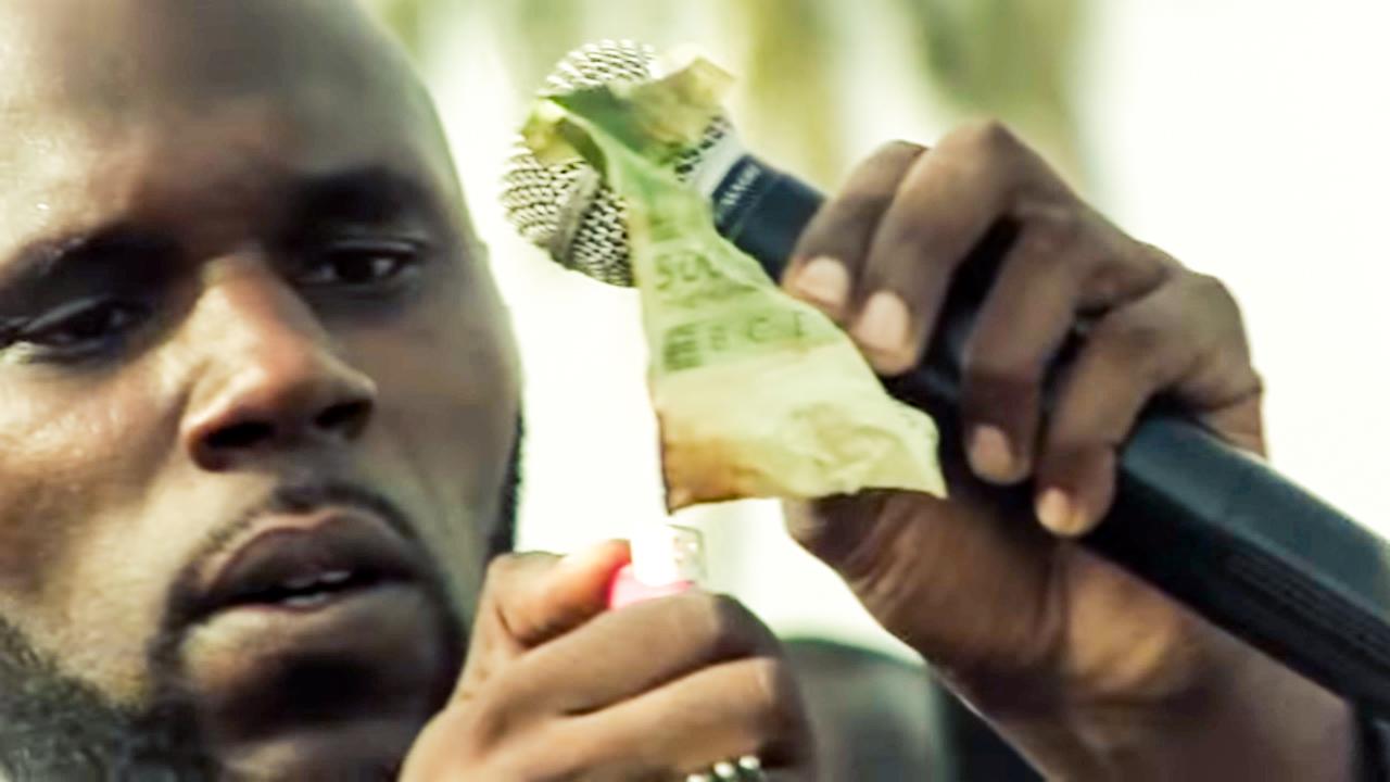 Kémi Séba  verbrennt CFA-Geldschein