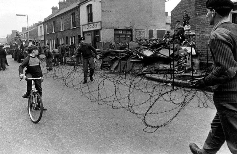 Die britische Armee errichtet in Belfast am 10. September 1969 einen Stacheldrahtzaun zwischen der römisch-katholischen und der protestantischen Seite.