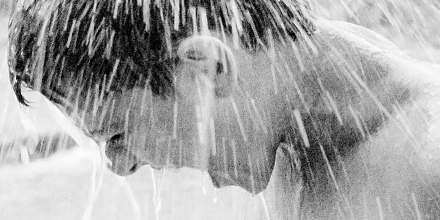 Wasserstrahl auf den Kopf eines Jungen