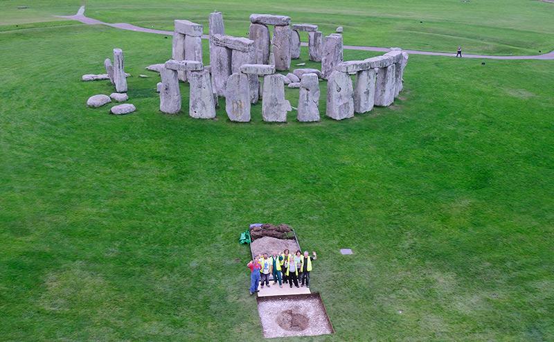 Forscher vor der Anlage in Stonehenge