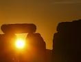 Stonehenge: Steine der Kultstätte vor aufgehender Sonne