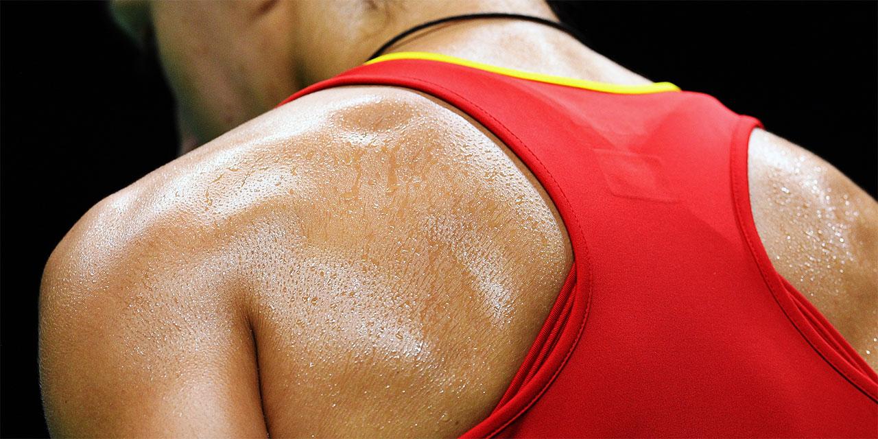 Schwitzender Rücken einer Person