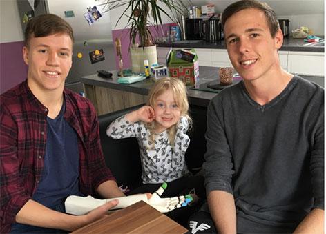Dominik Ballwein (li.) mit seiner Nachbarstochter   und Samuel Lehner (re.)