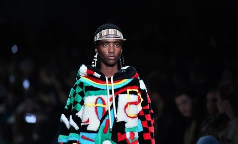 Ein Model bei einer Burberrry-Modeschau