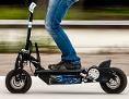 Mann fährt auf E-Scooter