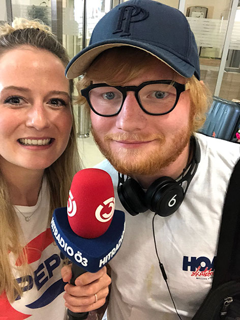 Ed Sheeran mit Ö3-Reporterin Tina Ritschl