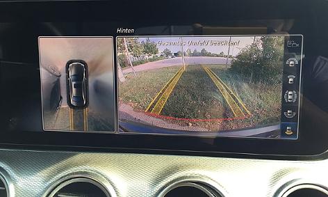 Bildschirm eines Fahrzeugs beim automatischen Einparken