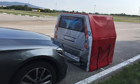 Ein Auto knapp vor der Attrappe eines stehenden Fahrzeugs auf dem ÖAMTC-Trainingsgelände in Teesdorf