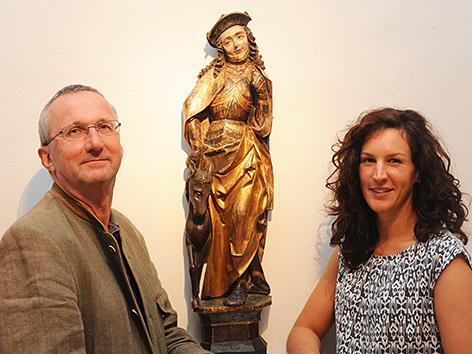 St. Pöltner Museumsdirektor Wolfgang Huber und Museumsreferentin Barbara Taubinger mit Statue des heiligen Hippolyt