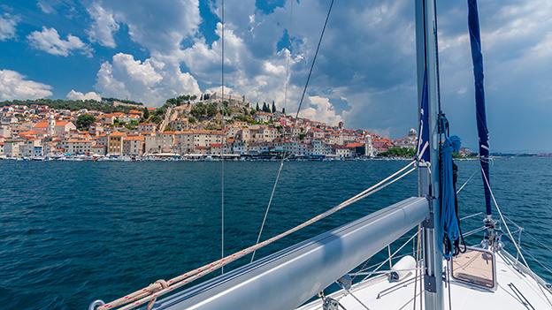 Kroatien, Blick von einem Segelboot auf die kroatische Küste