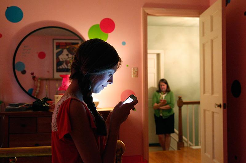 Mädchen tippt SMS in ihrem Zimmer