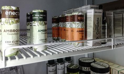 Verschiedene CBD-Produkte in einem Kühlregal