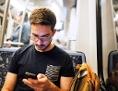 Mann mit Smartphone in U-Bahn