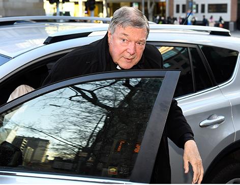 Kardinal George Pell steigt aus einem Auto