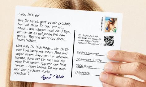Eine Person hält eine Postkarte, die mit der App der österreichischen Post gestaltet wurde.