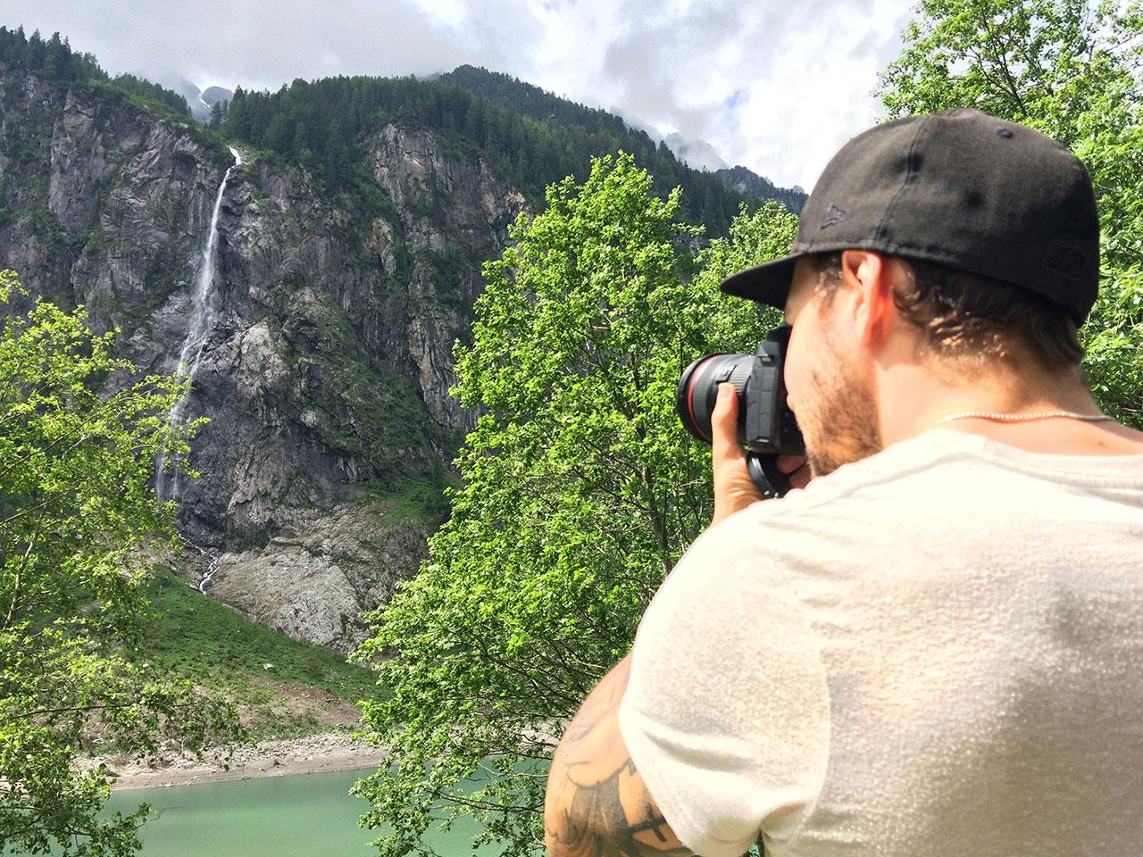 Tom Klocker beim Fotografieren eines Wasserfalls im Zillertal