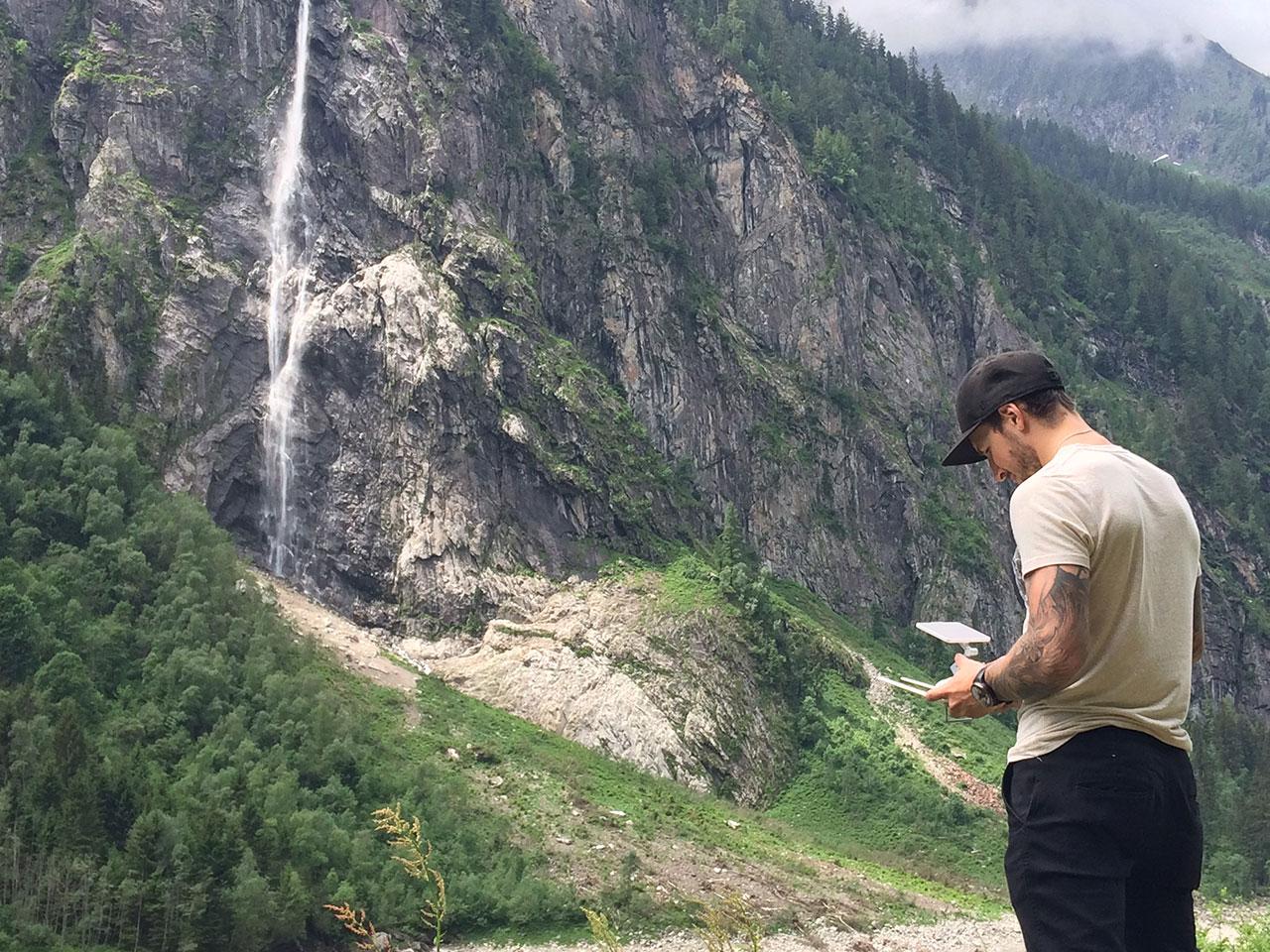 Tom Klocker steuert die Drohne zum Wasserfall.