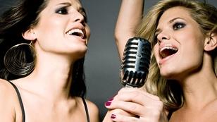 Zwei Frauen singen im Duett
