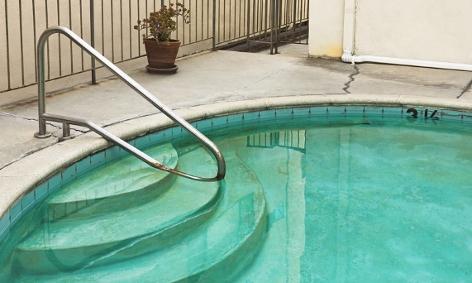 Verschnutzter Pool