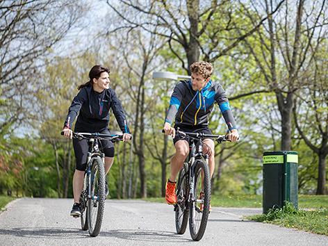 Zwei junge Menschen fahren Rad