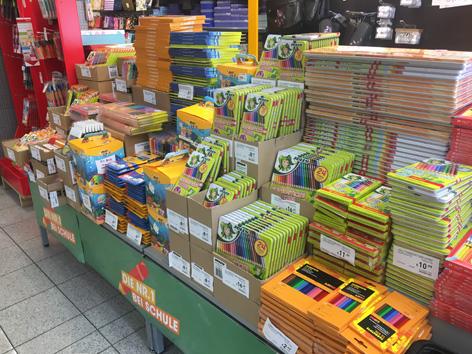 Stifte und andere Malfarben stapeln sich im Geschäft