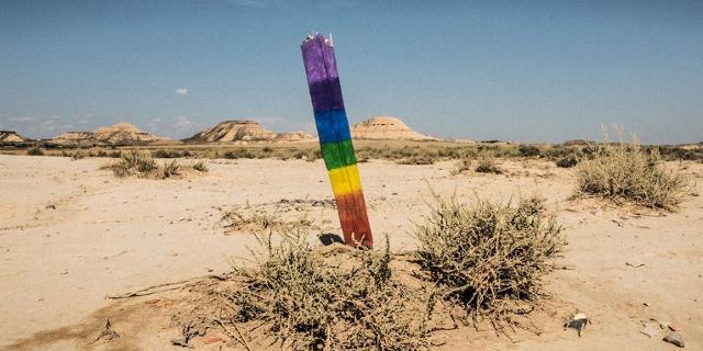 Wegmarkierung in Regenbogenfarben
