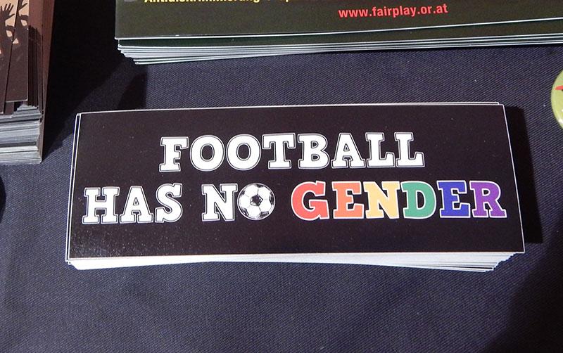 Dokumentation von homophoben Fußballbannern und Aktionen gegen Homophobie im Fußball