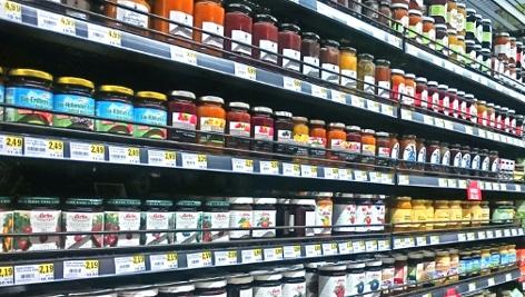 Das Konfitürenregal in einem Supermarkt