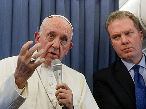 Papst Franziskus spricht im Flugzeug auf seinem Rückflug von Irland