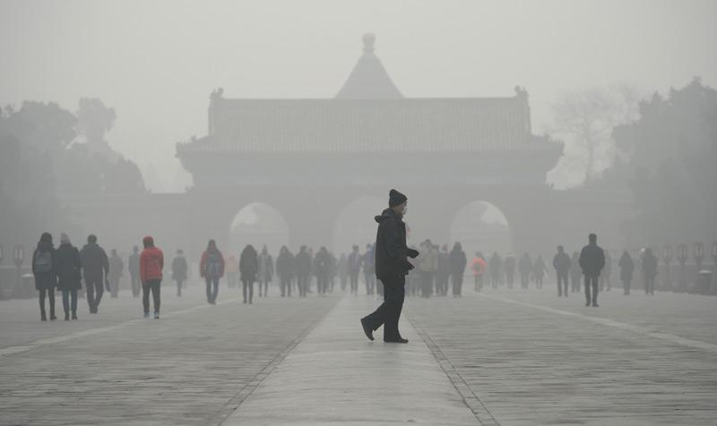 Menschen vor einem Tempel in Peking an einem stark verschmutzten Tag, Dezember 2016