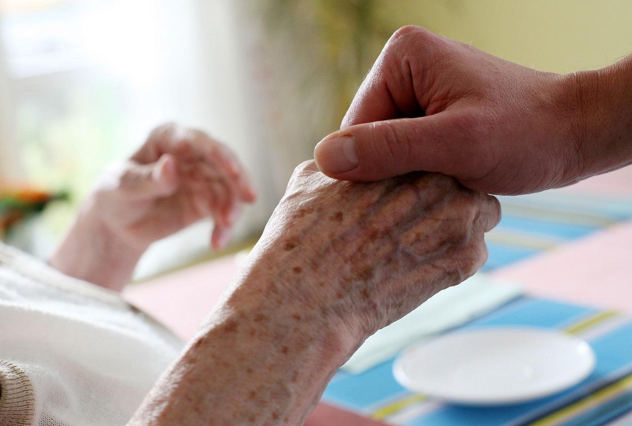 Eine junge Hand hält eine alte