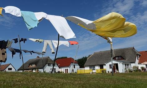 friche Wäsche fliegt im Wind