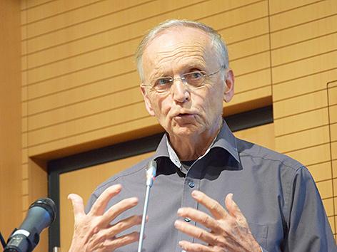 Paul M. Zulehner spricht an einem Rednerpult