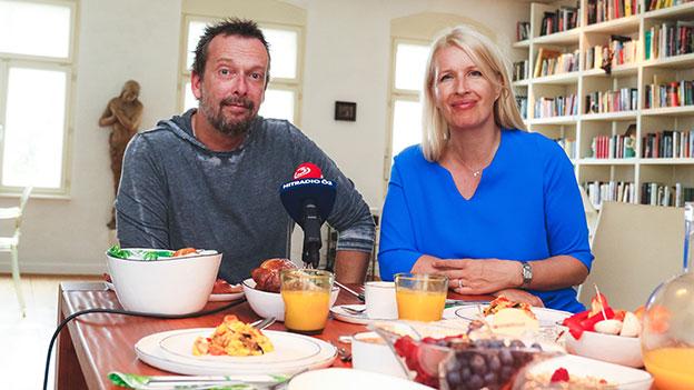 Robert Kratky und Claudia Stöckl an einem gedeckten Tisch