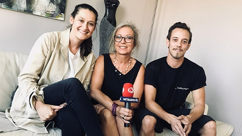 Ö3-Reporterin Lisa Rümmele mit der Mutter und dem Bruder einer Zurcaroh-Tänzerin