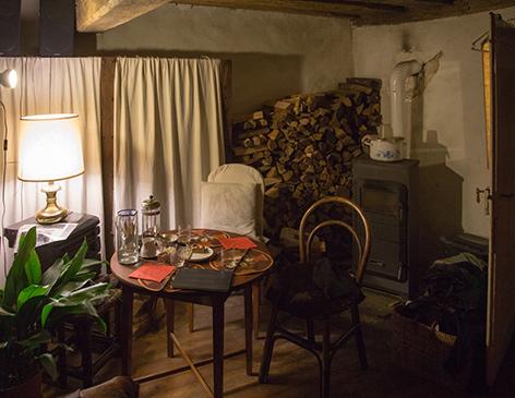 Ein gemütliches Zimmer mit Ofen und Stehlampe irgendwo in Niederösterreich.
