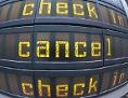 """Anzeigetafel an einem Flughafen mit der Auskunft """"canceled"""""""