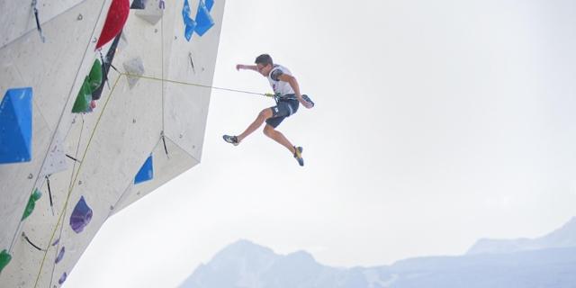 Kletterer stürzt ins Seil