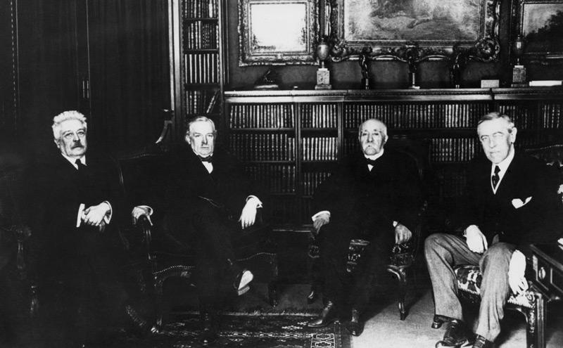 US-Präsident Woodrow Wilson (rechts) bei der Pariser Friedenskonferenz. Neben ihm (von links nach rechts):  Vittorio Orlando, David Lloyd George und Georges Clemenceau
