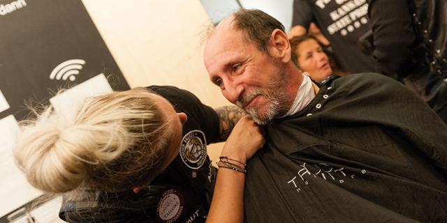Die Barber's Angels schneiden Obdachlosen Haare