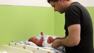 Mann beim Wickeln eines Babys