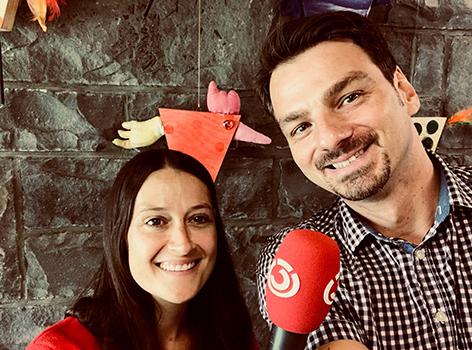Ö3-Reporterin Lisa Rümmele mit Christoph Hämmerle, Akrobat bei Zurcaroh und Schuldirektor