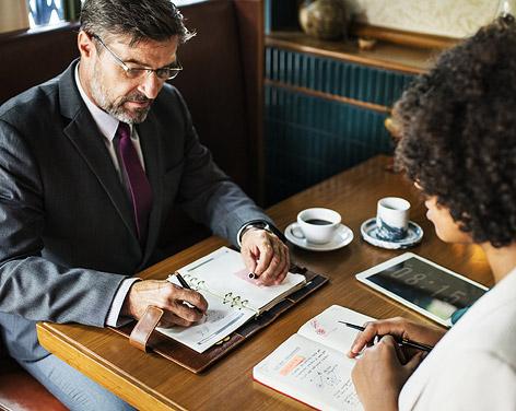 Ein Mann und eine Frau sitzen an einem Tisch