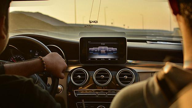 Fahrer und Beifahrer in einem Auto