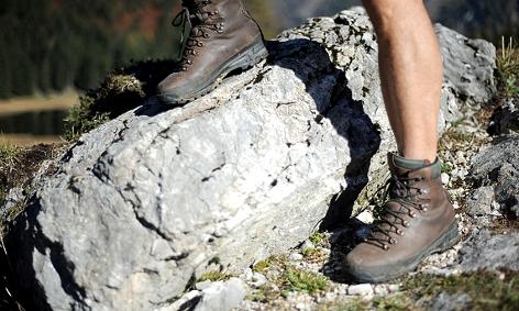 Bergschuhe eines Wanderers auf einem Felsen