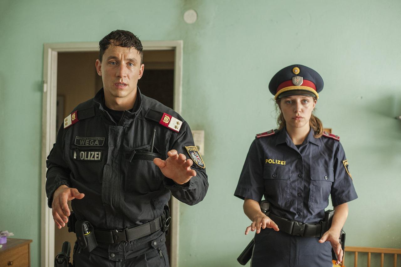 WEGA Polizist und Streifenpolizistin