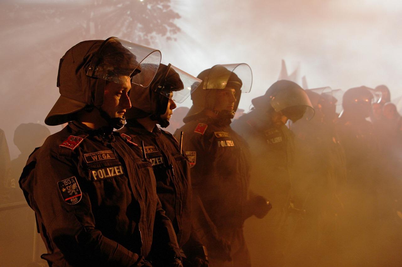 WEGA Polizisten bei Einsatz
