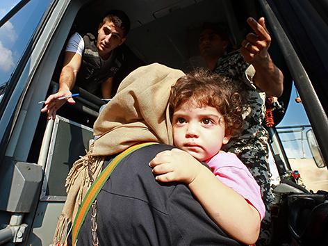Aus Syrien geflüchtete Frau mit Kind in Beirut, Libanon