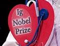 Der deutsche Physiker und Nobelpreisträger Wolfgang Ketterle überreicht den Ig-Nobelpreis an David Wartinger